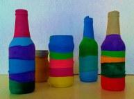 Botellas y botes de cristal cubiertos con globos de colores