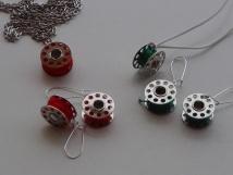 Bobinas/carretes de hilo de máquina de coser, convertidos en bisutería divertida. Rosa Montesa